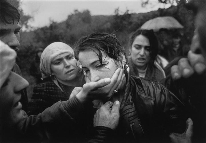 Qui Ajmane Aliu, réconfortée par ses proches et amis, pleure-t-elle en 1998 ?