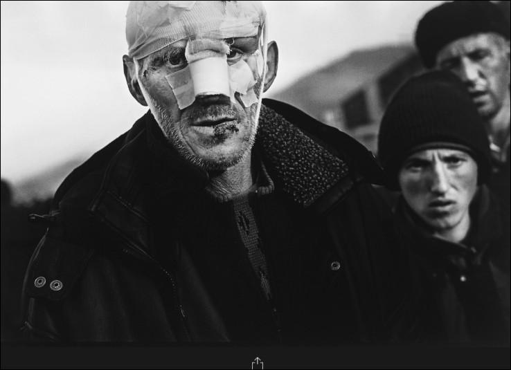 Cet homme marche dans la rue d'un point de rassemblement en 1999 pour que les réfugiés albanais fuient la violence de qui ?