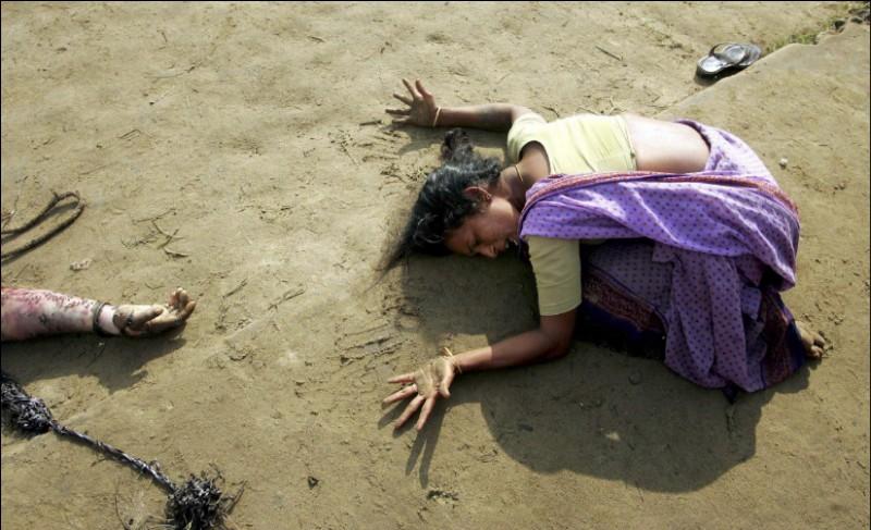 De qui cette femme est-elle endeuillée après un tsunami ayant touché l'État indien Tamil Nadu ?