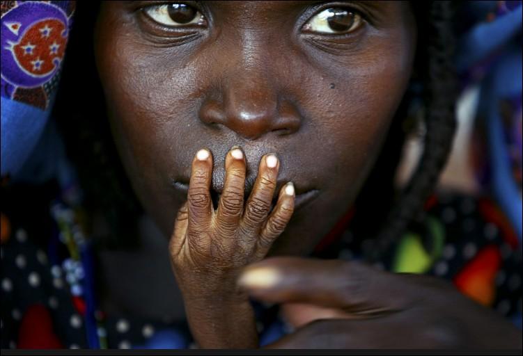 Qu'attend Alassa Galisou, fils de Fatou Ousseini, appuyant ses doigts émincés sur les lèvres de sa maman dans un centre d'urgence au Niger ?
