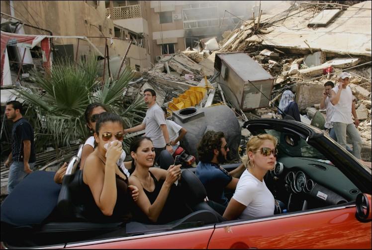 Quelle ville dévastée par des bombes israéliennes ces libanais traversent-ils en voiture décapotable après la campagne contre les militants d'Hezbollah, groupe terroriste ?