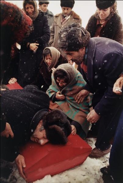 De quoi a été victime le fils âgé de 17 ans de Boris Abgarzian qui le pleure sur cette photo prise en 1988 ?