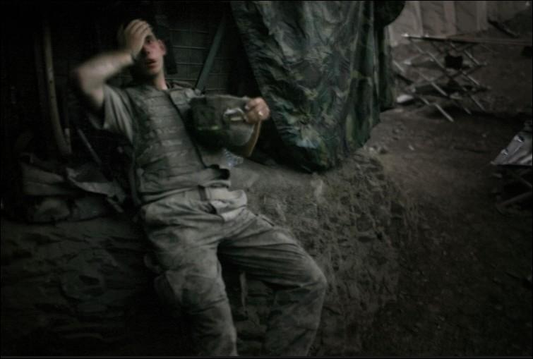 Dans quel bunker ce soldat américain se passe-t-il la main sur le front lors du conflit en Afghanistan dans la vallée de Korengal ?