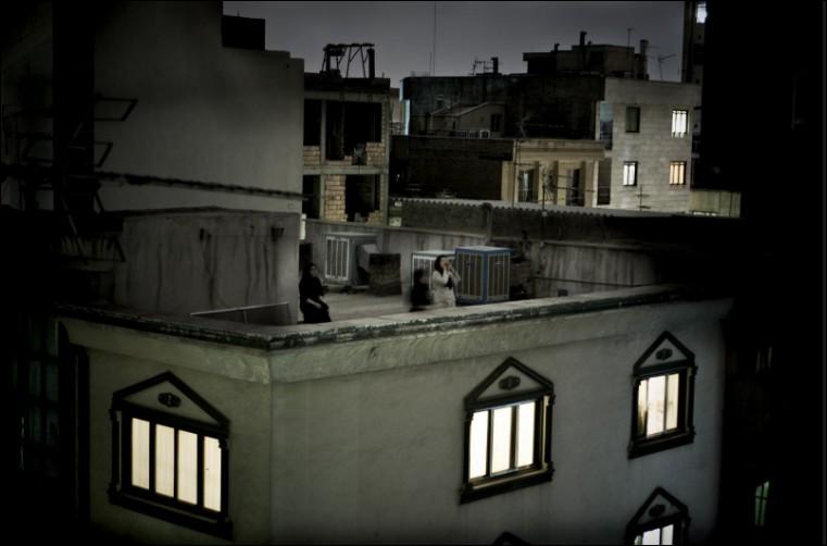 Contre quoi proteste cette iranienne du haut d'un toit de Téhéran en 2009 ?