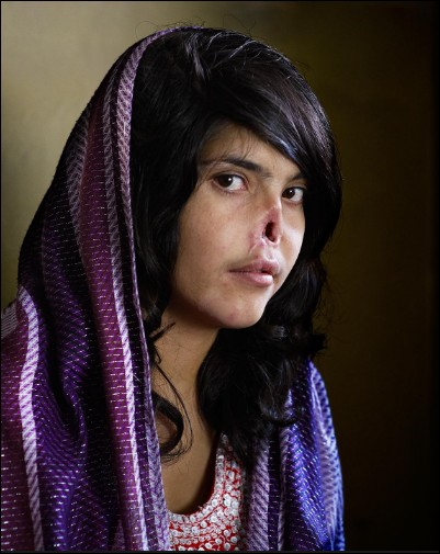 Par qui Bibi Aisha, afghane de 18 ans a-t-elle été défigurée ?