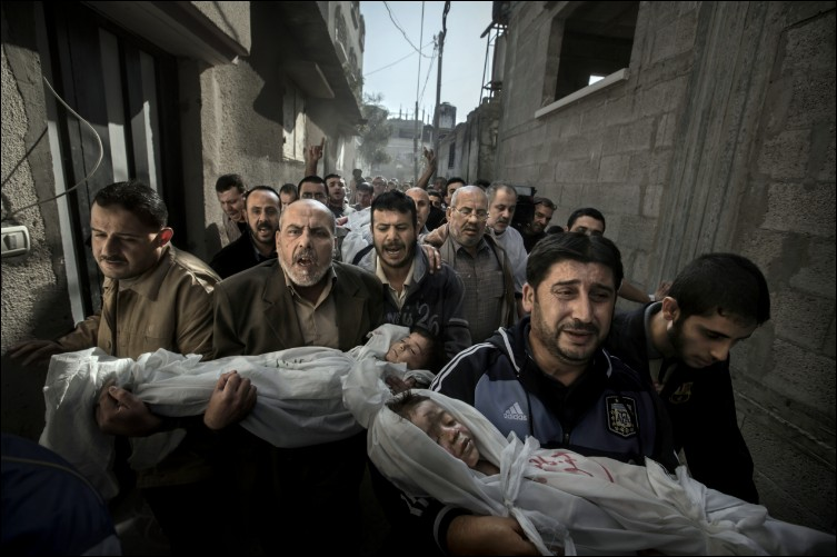 Quel âge avaient Suhaib Hijazi and son aîné Muhammad, portés par leurs oncles en direction des funérailles dans une moquée, avant d'êtres tués par un missile aérien tombé sur leur maison dans la bande de Gaza ?