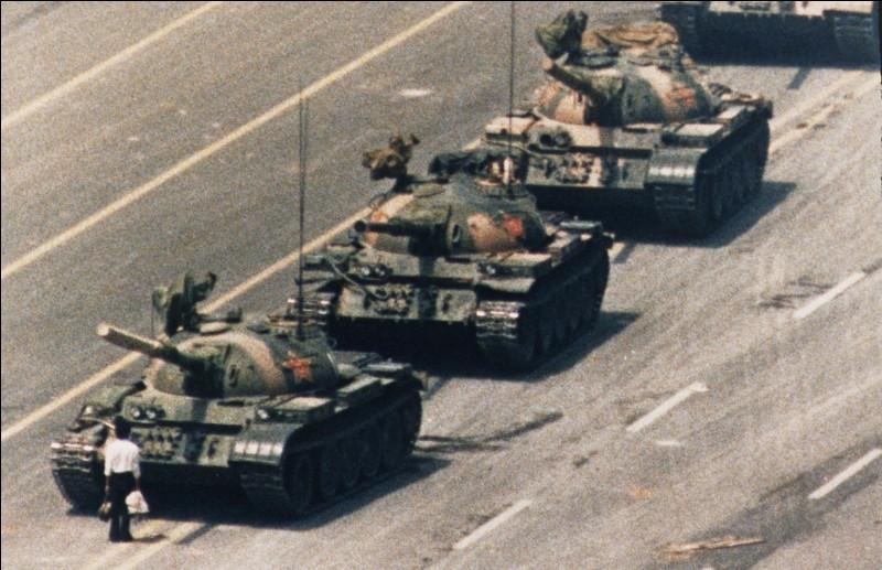 Dans quelle ville de Chine cette personne s'est-elle opposée au défilé de tanks pour contester la réforme démocratique en 1989 ?