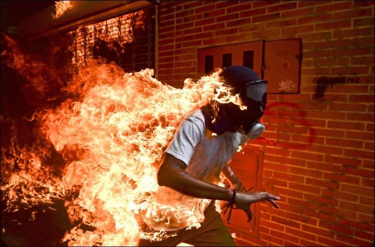 Quel âge José Víctor Salazar Balza a-t-il lorsqu'il tente d'échapper à ces flammes après une protestation contre le président Nicolás Maduro à Caracas en 2017 ?