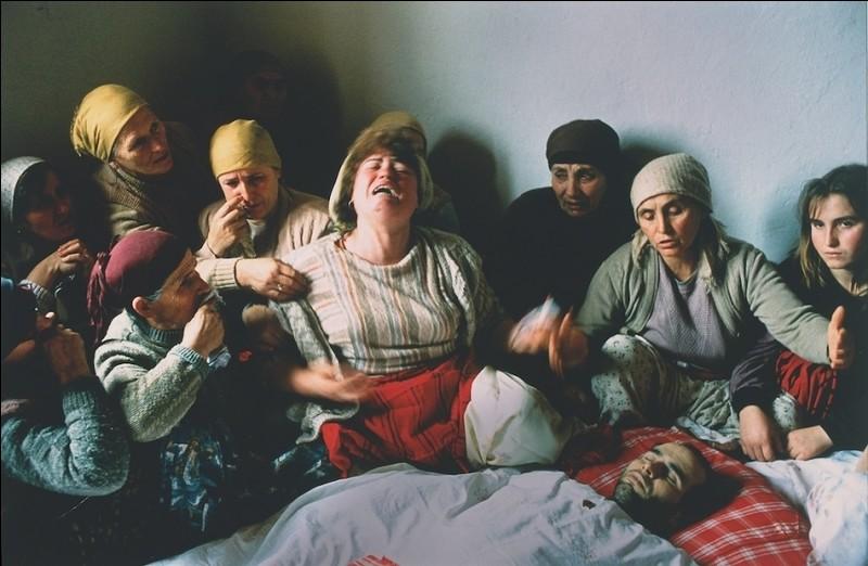 Pour quelle raison Nasimi Elshani, qui est pleuré par sa famille et ses voisins sur ce cliché de 1990, est-il mort ?