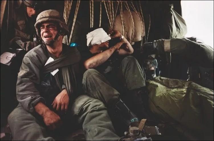 Durant quelle guerre ce sergent américain pleure-t-il sur ce cliché de 1991 la mort de son ami Andy Alaniz mort par un tir ami le dernier jour de combat de cette même guerre ?