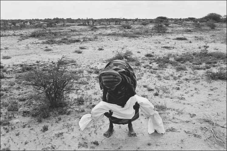 Cette photo prise en 1992, nous montre une maman portant son enfant mort de la famine non loin de la ville de Bardera. Dans quel pays Bardera se situe-t-elle ?