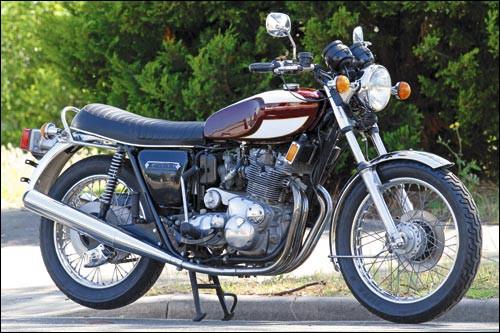 Quels sont la marque et le modèle de cette moto de 1975 ?