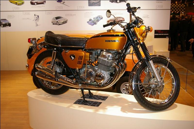 La Honda 750 Four est la première moto à avoir un moteur 4 cylindres en ligne face à la route.