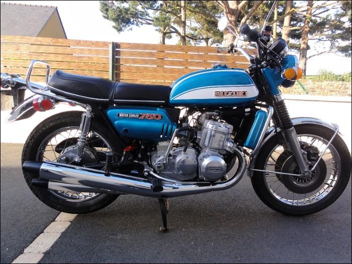 La Suzuki 750 GT avait un moteur 2 temps 4 cylindres.