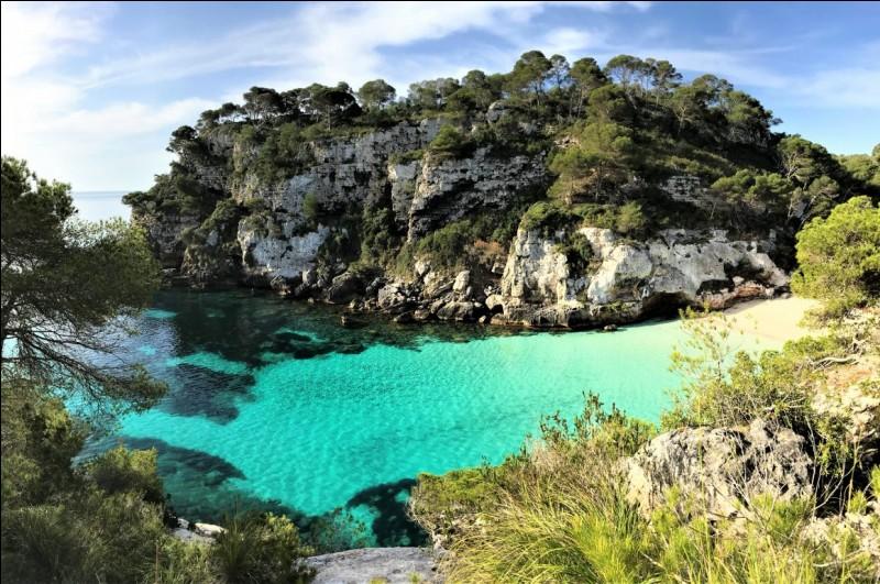 Quelle est la plus grande ville de Minorque, une île de l'archipel des Baléares ?