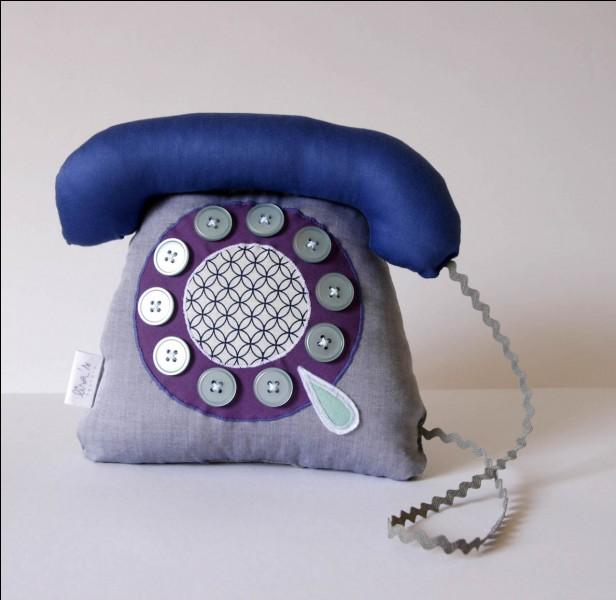 """Il chantait """"Le téléphone pleure"""" et son surnom était :"""