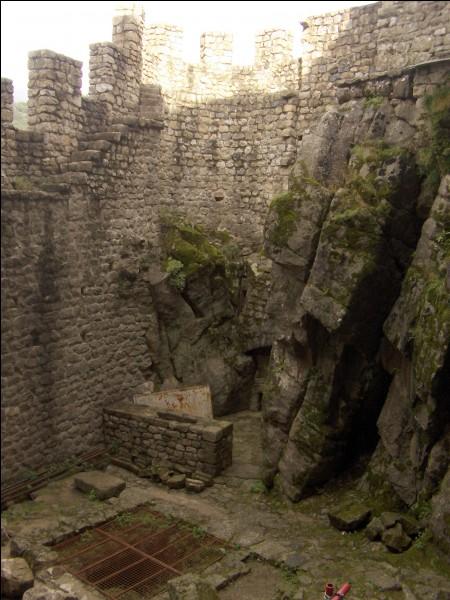 La citerne du château a une profondeur d'environ...