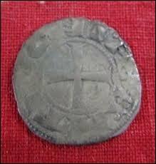 Parmi les pièces de monnaies découvertes en fouilles, l'une a pu être datée très précisément de 1389. Il s'agit...
