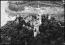 Au dégagement des ruines, en 1969, il ne subsistait comme fenêtres à la grande salle que...