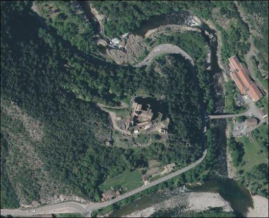Le chemin sud du château vers Meyras passait au-dessus...