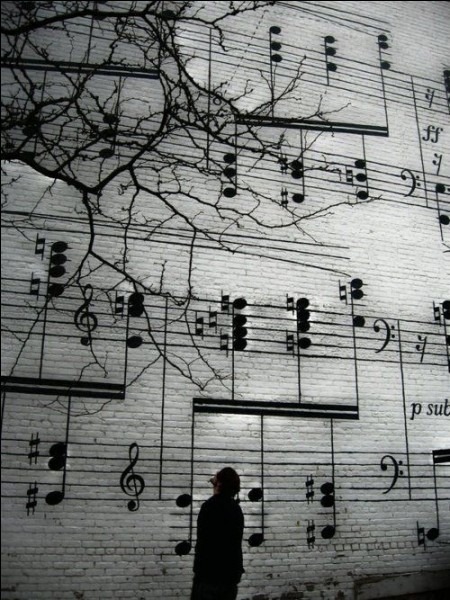 """Qui chantait """"Un peu plus d'amour, un peu moins d'argent, un peu moins de sang écrit sur les murs"""" ?"""