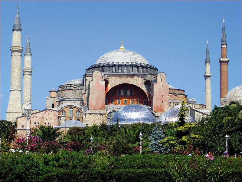 La basilique Sainte-Sophie fut érigée sous le règne de Constantin, en Turquie dans la ville d'Istanbul ou encore Constantinople. L'année du début de la construction de l'édifice, la ville portait un autre nom :