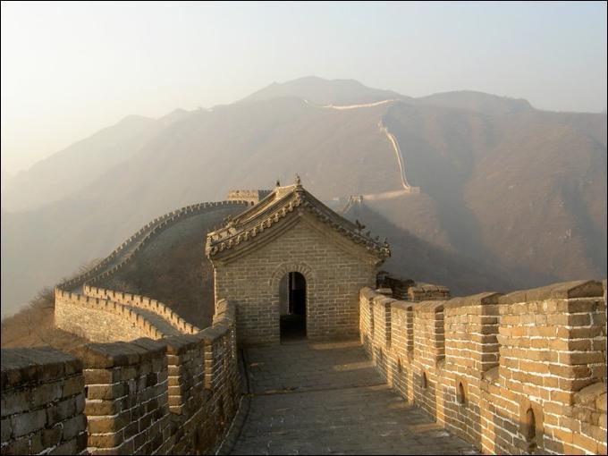 La Grande Muraille de Chine est en fait l'unification de fortifications déjà existantes. Cette démarche a été entamée par l'empereur Qin Shi Huangdi. Quelles en sont la hauteur et la largeur (en moyenne) ?