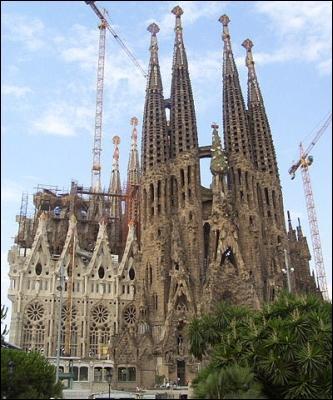 Renversé par un tramway et n'ayant pu terminer lui-même la Sagrada Familia (Barcelone), cet architecte de génie nous a cependant laissé de magnifiques réalisations (Casa Mila, Casa Battlo…). Il s'agit de :