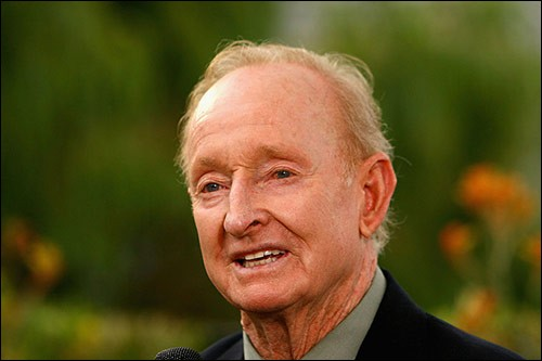 Rod Laver, âgé de 80 ans, est une légende en Australie. Dans quel sport a-t-il brillé ?