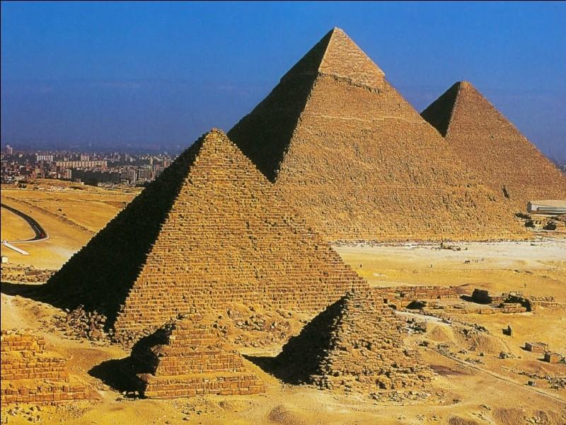 Ces monuments géométriques se trouvent :