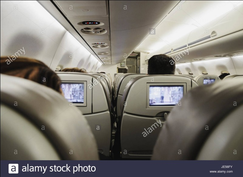 """Tu passes ta nuit dans l'avion (oui, tu es en train de quitter la Chine) à regarder la deuxième ou la première saison de """"La Casa de Papel"""", qu'est-ce qui te plaît le plus dans un film ?"""