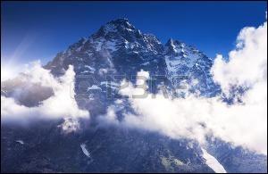 Quels sont les deux pays qui partagent le sommet du Chkhara ?