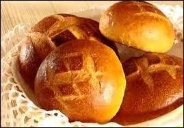 Quelle épice est ajoutée dans la cuchaule, une brioche au lait du canton de Fribourg, qui lui donne sa teinte jaune vif ?