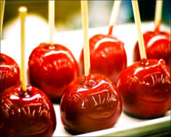 Quelle confiserie constituée d'une pomme fraîche entourée de sucre cuit, coloré en rouge est souvent vendue dans les foires ?