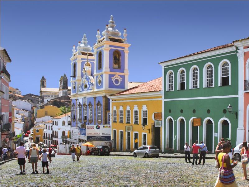 Cette grande ville brésilienne, fondée par les Portugais en 1549 et première capitale du Brésil, aujourd'hui peuplée de 3 millions d'habitants, c'est :