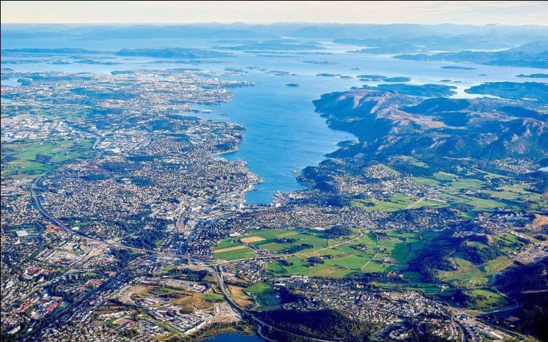 Cette ville du sud-ouest de la Norvège, la quatrième du pays par sa population, grand centre de l'industrie pétrolière, c'est :