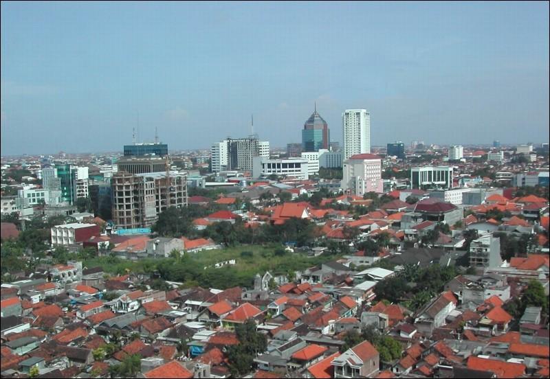 Cette grande ville portuaire de plusieurs millions d'habitants, seconde ville d'Indonésie, c'est :