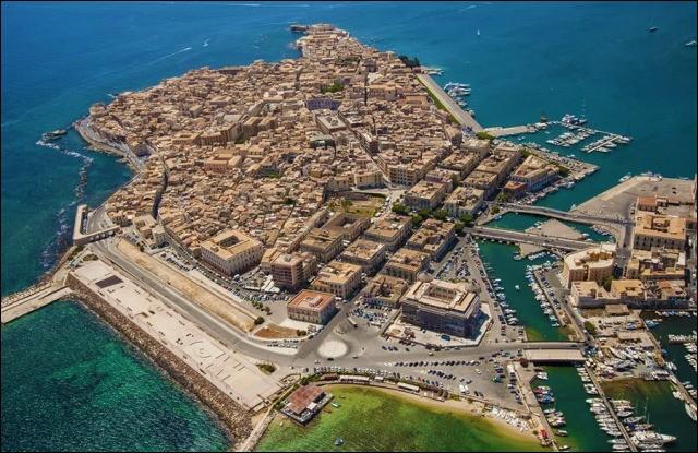 Cette ville italienne, en Sicile, riche de son passé et de ses monuments, c'est :