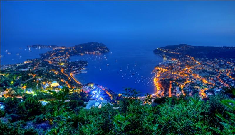Nous arrivons à Cannes, ville célèbre pour son festival de jazz.