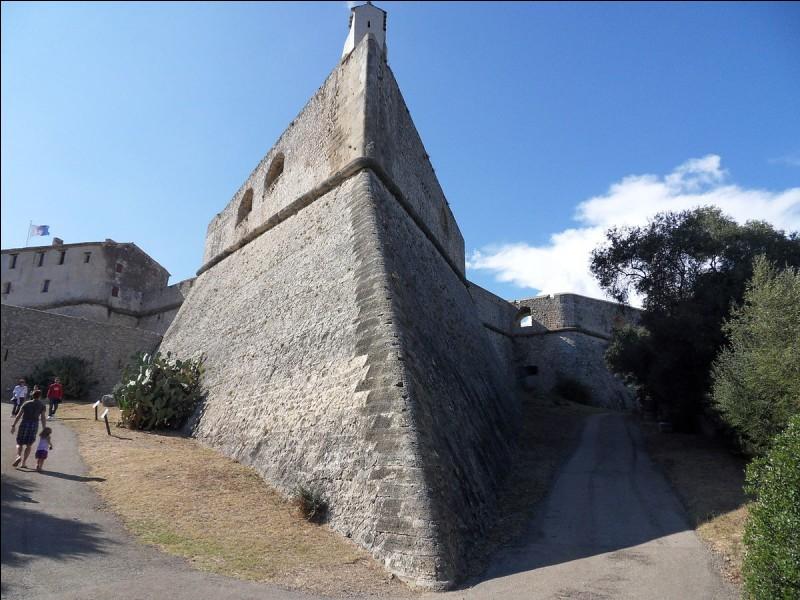 Nous faisons maintenant une halte à Antibes. Son célèbre Fort Carré a été construit par Vauban.