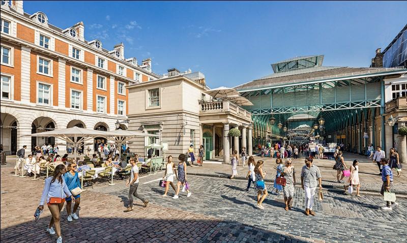 Que trouve-t-on au Covent Garden, ce qui lui donne une ambiance très joyeuse ?
