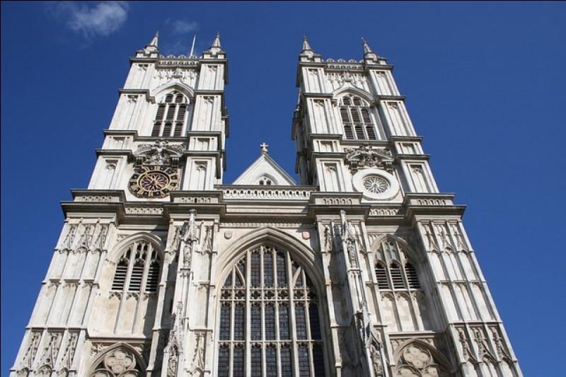 Dans quel monument anglais ont souvent lieu les couronnements royaux ?