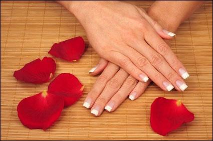 Les ongles continuent de pousser si on ne les coupe pas.