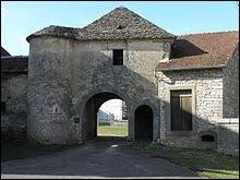 Nous sommes en Bourgogne-Franche-Comté à l'entrée du château du XVe siècle de Montot. Nous nous situons dans le département ...