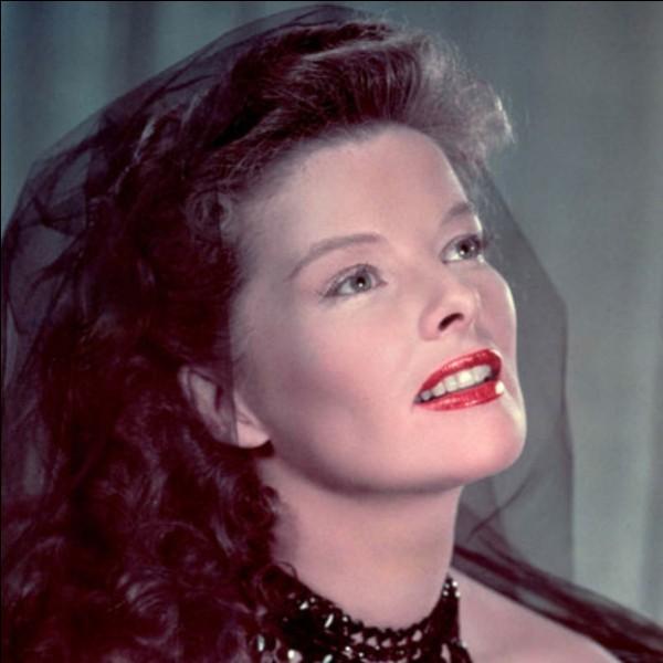 Je suis un film dans lequel joue Katharine Hepburn. Qui ment ?