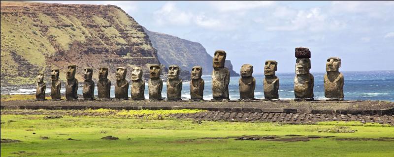 Ces géants de pierre de l'île de Pâques sont appelés...