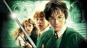 """Je suis un livre de la saga """"Harry Potter"""", de J. K. Rowling, dans lequel Ginny Weasley fait sa première année à Poudlard et où l'on fait la rencontre de l'elfe de maison Dobby. Lequel des deux livres proposés suis-je ?"""