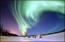 Je suis un phénomène lumineux caractérisé par des voiles extrêmement colorés dans le ciel nocturne, le vert étant prédominant. Je suis...
