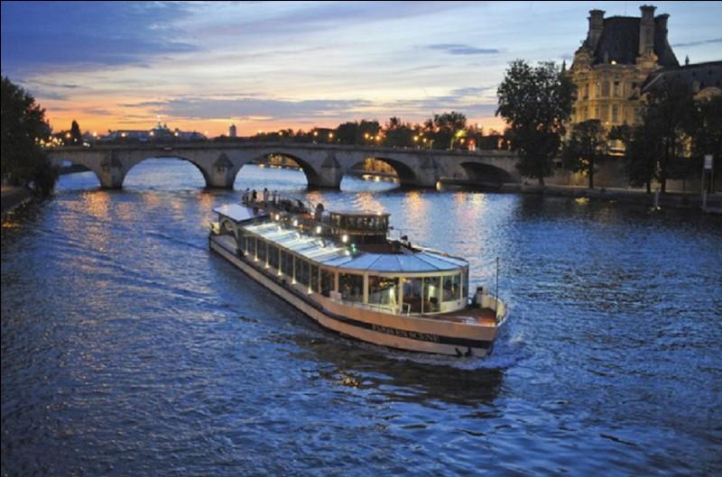 Quel nom donne-t-on à ce type de navette utilisée pour le tourisme fluvial à Paris ?