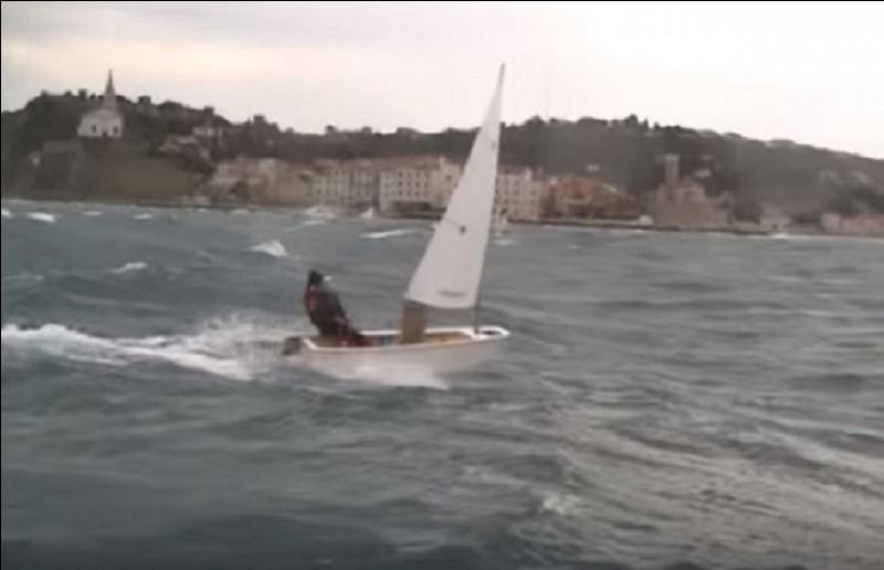 Quel est le nom de ce petit bateau, conçu pour l'initiation des enfants à la voile ?